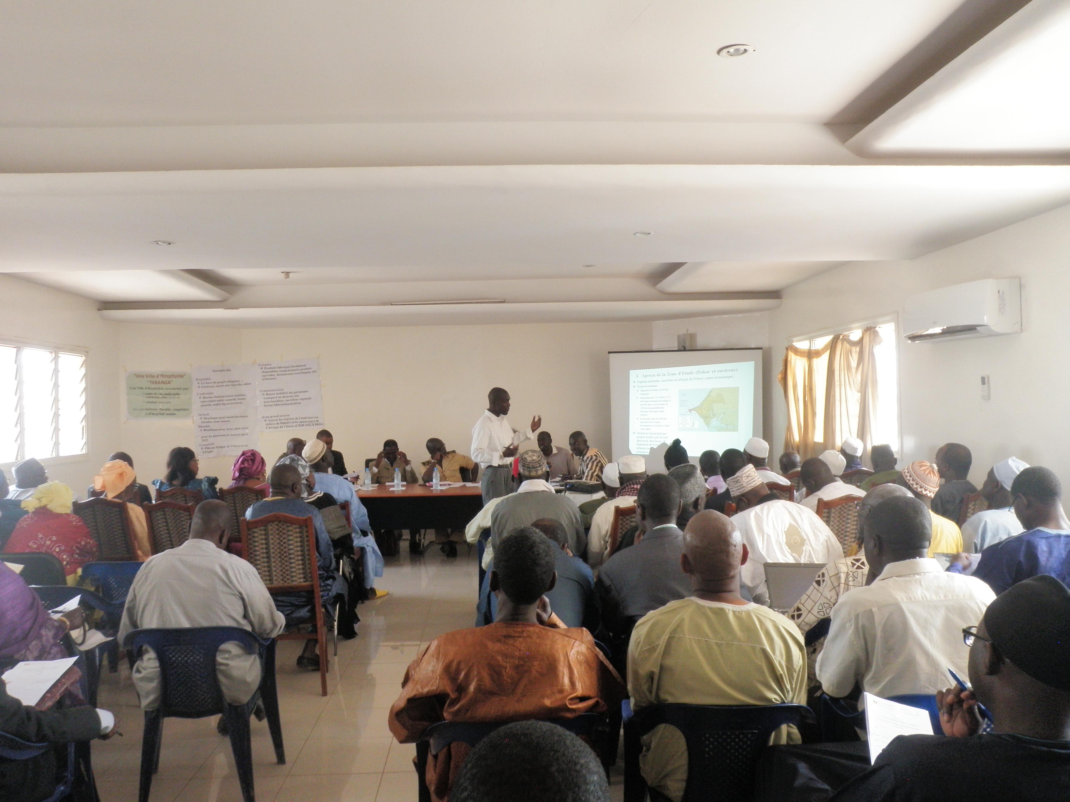 ダカールの住民代表者との協議。セネガル政府のカウンターパート職員が、マスタープランの計画方針を地元関係者に説明しています。