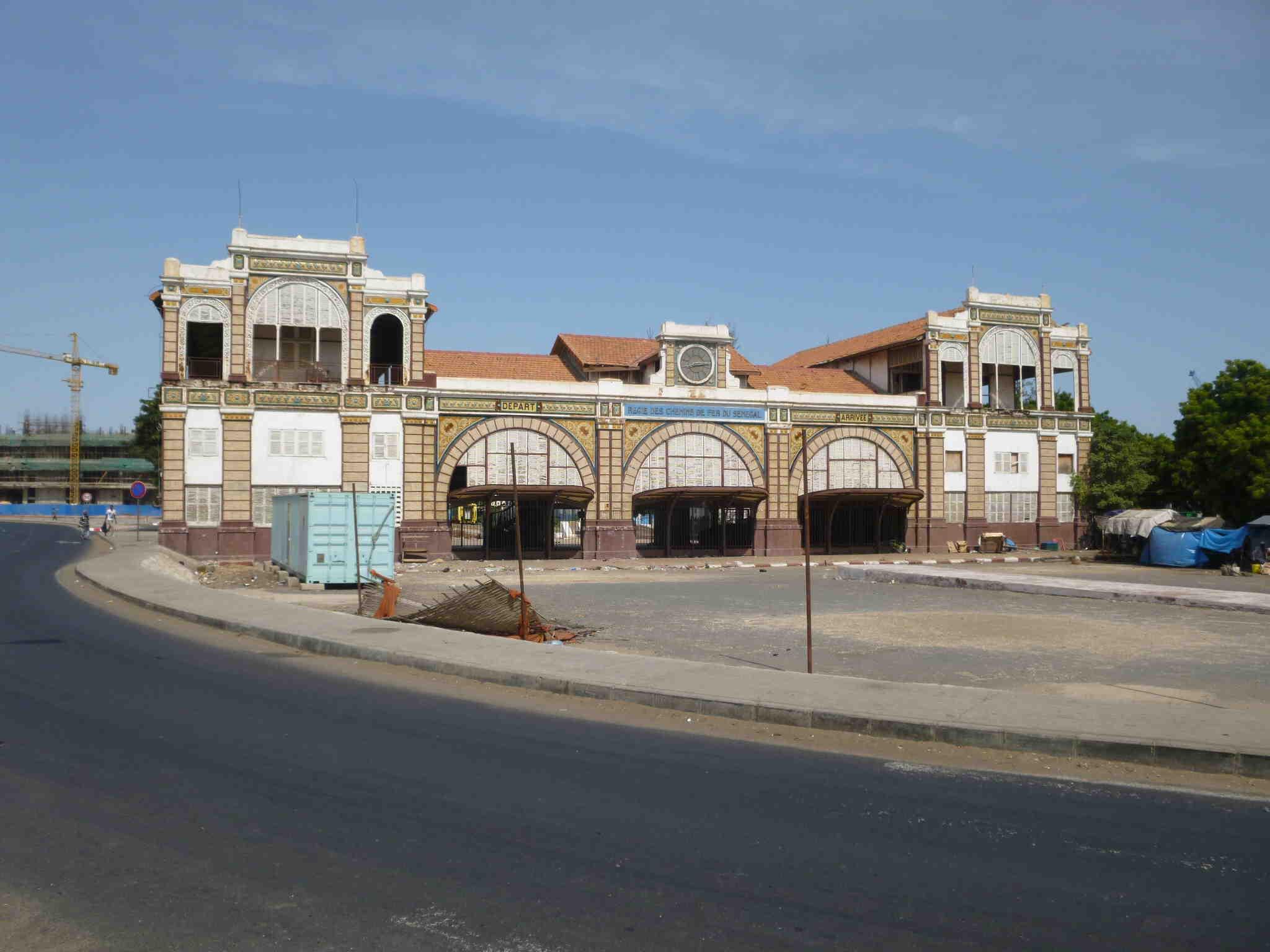 ダカールの鉄道中央駅。ダカール市内には、歴史的な建造部が残っており、まちなみのアクセントとなっています。