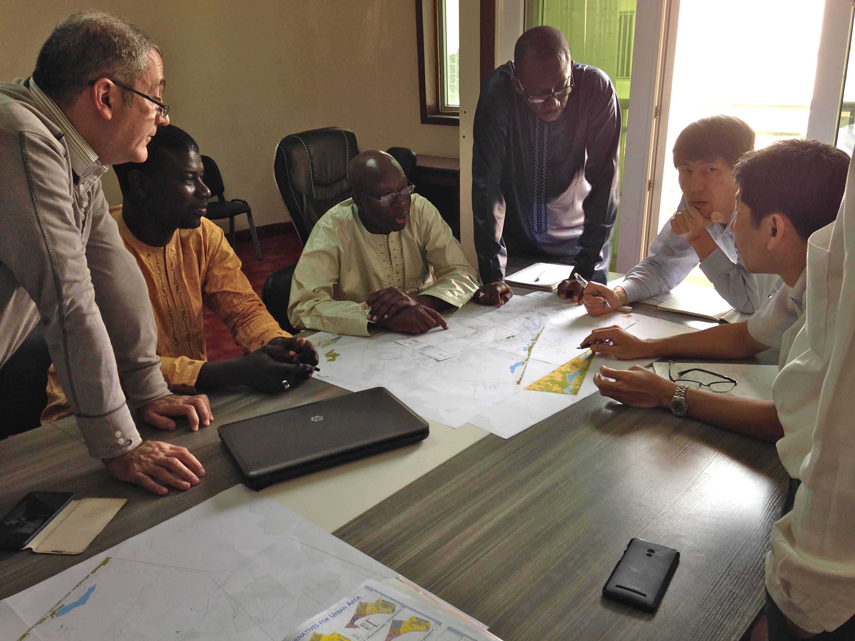 セネガル政府職員との協議。セネガル政府のカウンターパート職員と調査団により、ダカールの歴史、問題点、開発課題に係る協議が開催されました。