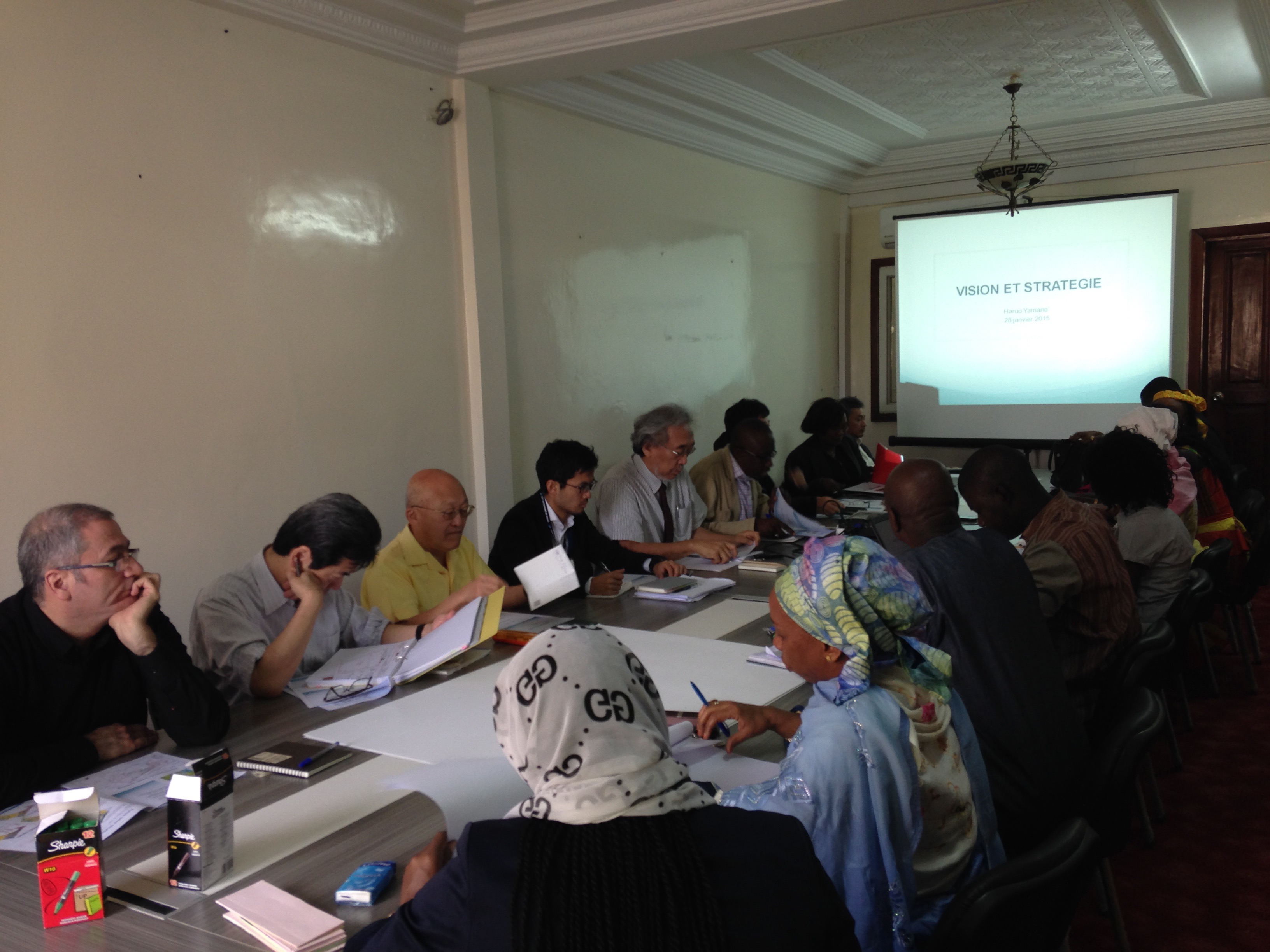 セネガル政府職員との定例会議。セネガル政府のカウンタパートと調査団による定例会議は、プロジェクト期間を通じて毎週開催されました。調査の進捗状況、課題、計画方針などが定例会議で協議されました。