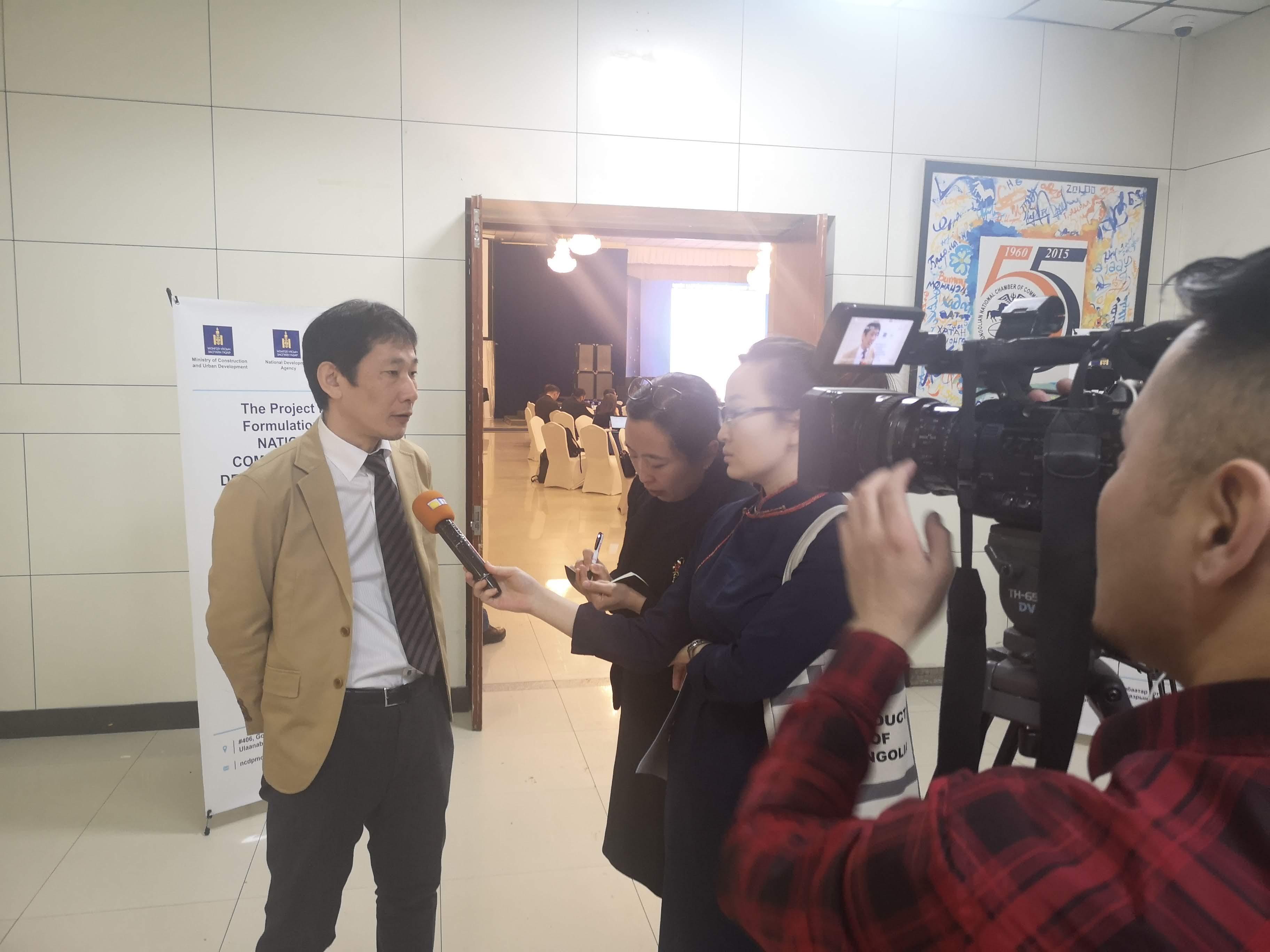 ステークホルダーを招待したミーティングにて国営放送からインタビューを受ける団員:モンゴル国内の有識者、民間企業を含む広域なステークホルダーを招待した。